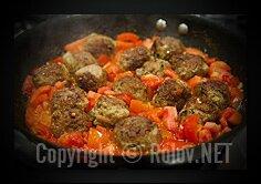 Фрикадельки с помидорами и базиликом - опустили фрикадельки в соус