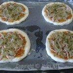 Пицца - на колбасу положили огурцы