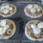 Пицца - на лук положили половинку яйца