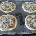 Пицца - на огурцы положили лук