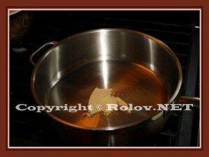 масло в кастрюле