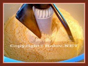 перемешать муку с солью