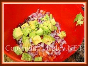 нарезать лук и авокадо